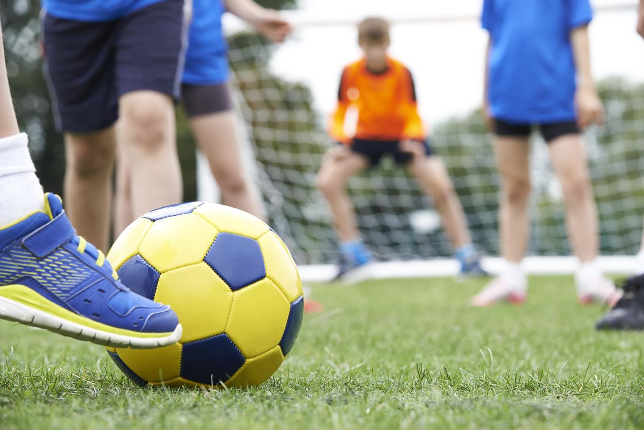 Ungdomar som spelar fotboll